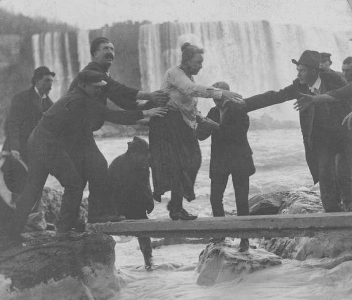 «Победившая» водную стихию: женщина, сумевшая выжить после падения в водопад