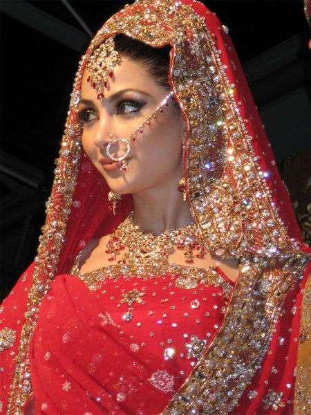 Индийские невест. Избыточно много хны, золота и томных взглядов