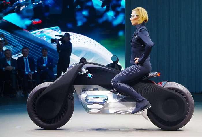 Мотоцикл будущего от BMW: ни шлема, ни руля, ни подвески