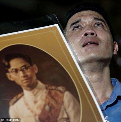 Черный день: жители Таиланда оплакивают смерть своего короля