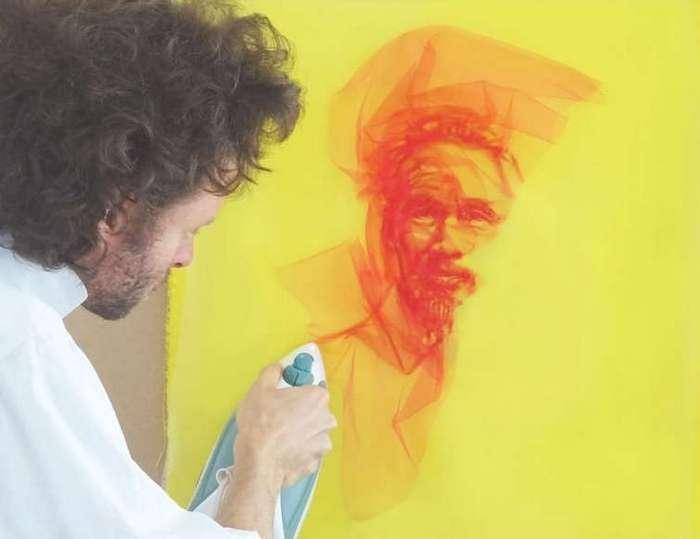 При помощи утюга и тюля художник создаёт удивительные воздушные портреты