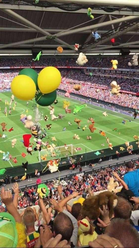 Голландские фанаты устроили для детей «игрушечный» дождь
