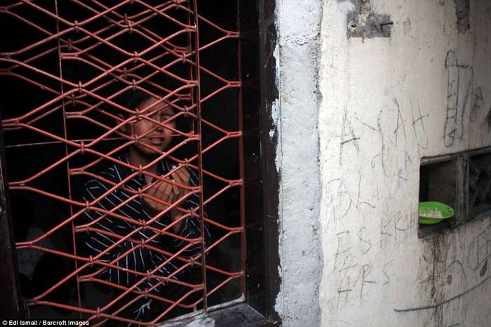 Обнаженные, голодные, в ржавых цепях: ужасные фото психиатрической лечебницы в Индонезии