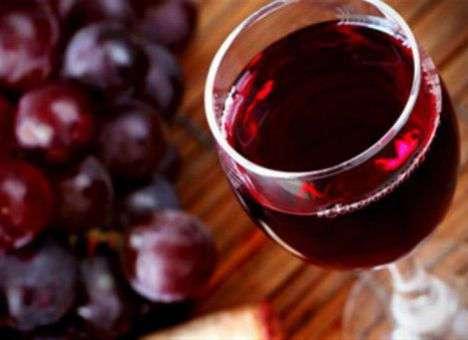 Ученые советуют курильщикам пить только красное вино
