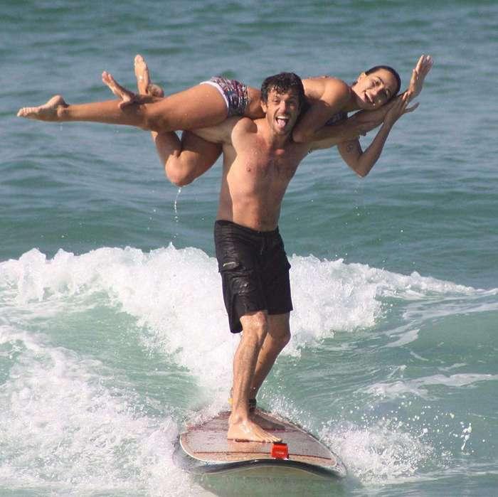 Пара из Бразилии выполняет невероятные акробатические трюки на гребне волны