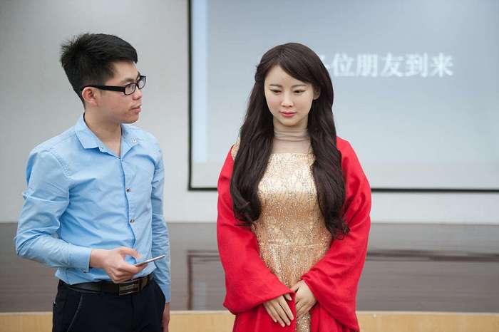 Покорная женщина-робот из Китая