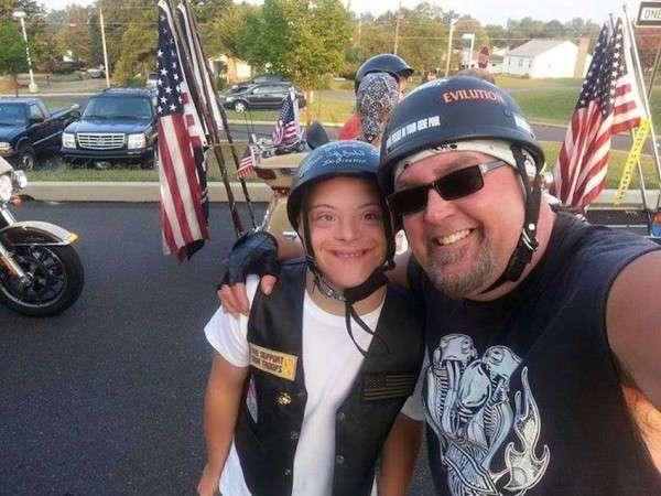 Байкеры поддержали подростка, страдающего синдромом Дауна, в его первый день старшей школы