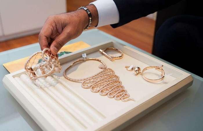 История о том, как аутсайдер стал миллионером и как его жизнь заполнилась бриллиантами