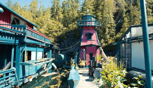 Семейная пара из Канады построила плавучий дом-остров весом в 500 тонн