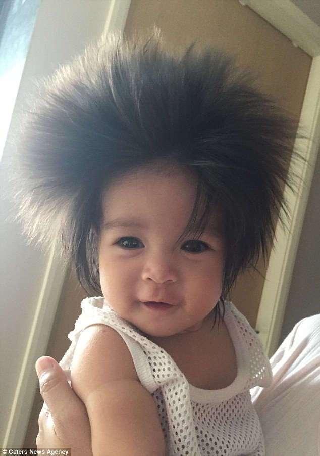 У этой малышки такие пышные волосы, что многие принимают их за парик