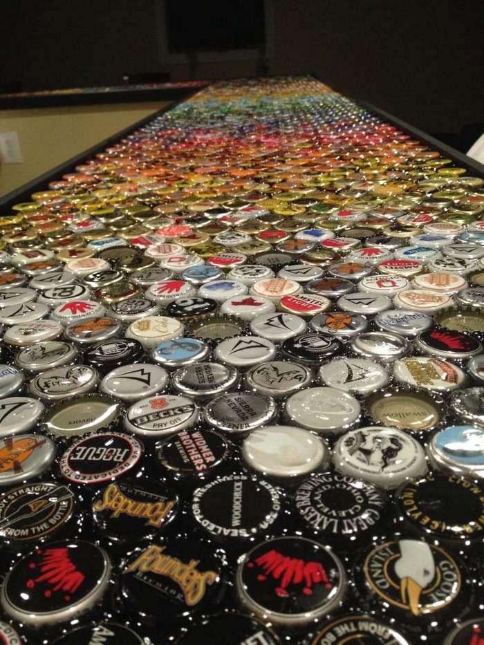 Мужчина создал необычную столешницу из коллекции бутылочных крышечек, которые собирал 5 лет