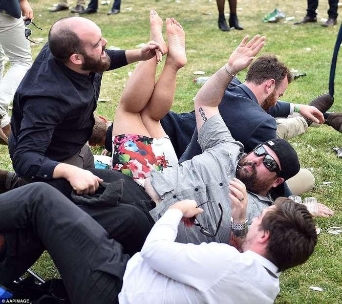 А вот как выглядят леди и джентльмены на скачках в Австралии