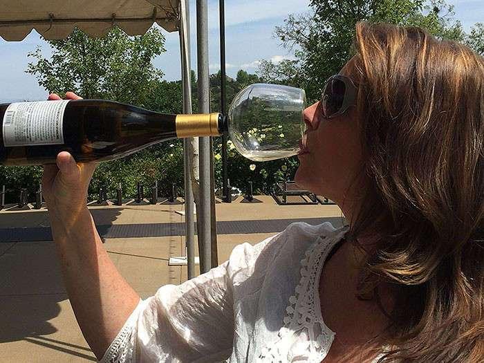 Новый гаджет, чтобы пить вино прямо из бутылки