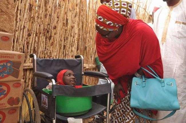 19-летняя нигерийка всю жизнь живет в пластиковом тазу (9 фото)