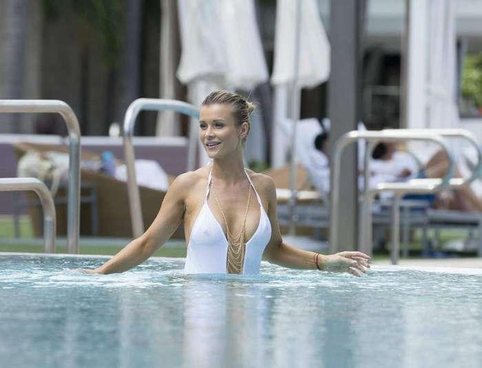 Джоанна Крупа в белом купальнике