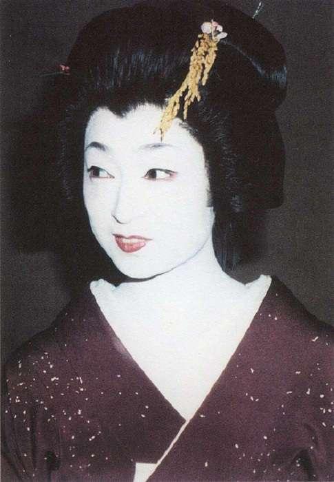 Сквозь слезы и на зависть другим: непростая судьба самой известной и высокооплачиваемой гейши
