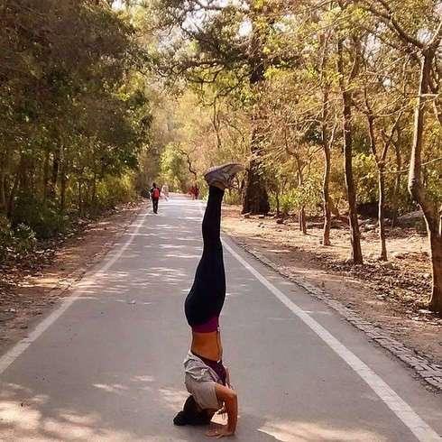 Инструктор по йоге из Индии публикует  фото в разных йогических позах, сделанных в самых неожиданных местах