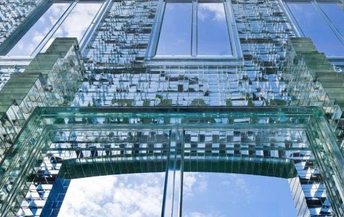 Крепче, чем бетон: фасад бутика из инновационного стеклянного кирпича