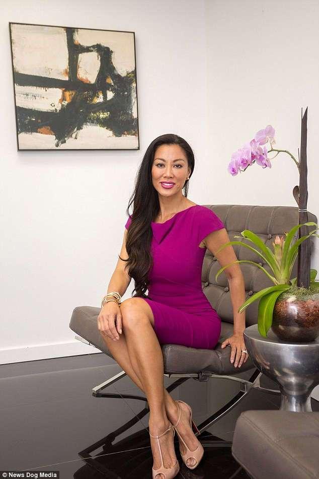 Жена пластического хирурга с идеальным телом является рекламой его клиники