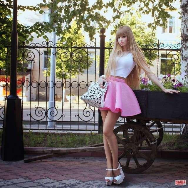 «Барби с Урала» вынуждена ходить на свидания вместе с родителями: ее мама не наигралась в куклы