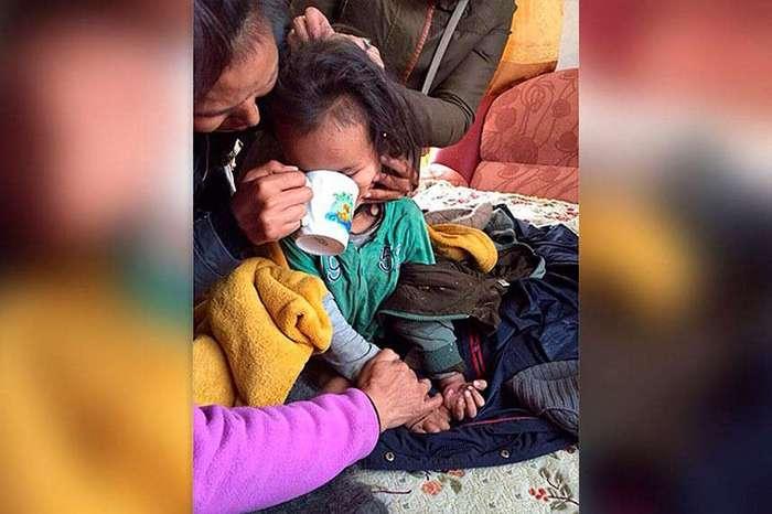 Смелый трехлетний мальчик выжил, проведя в одиночестве три дня в тайге