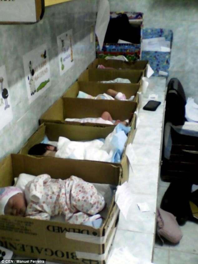 Жертвы экономической катастрофы: в венесуэльской больнице новорожденных кладут в картонные коробки