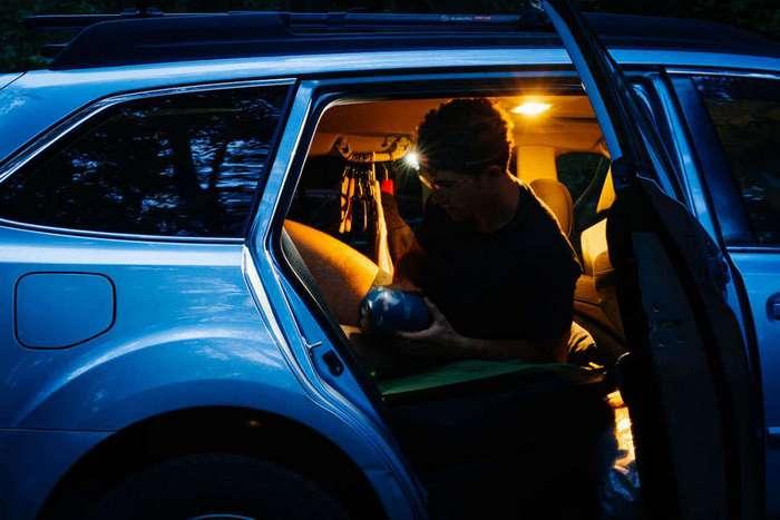 22-летний стажер 40 дней жил в машине и умудрялся ходить на работу в костюме