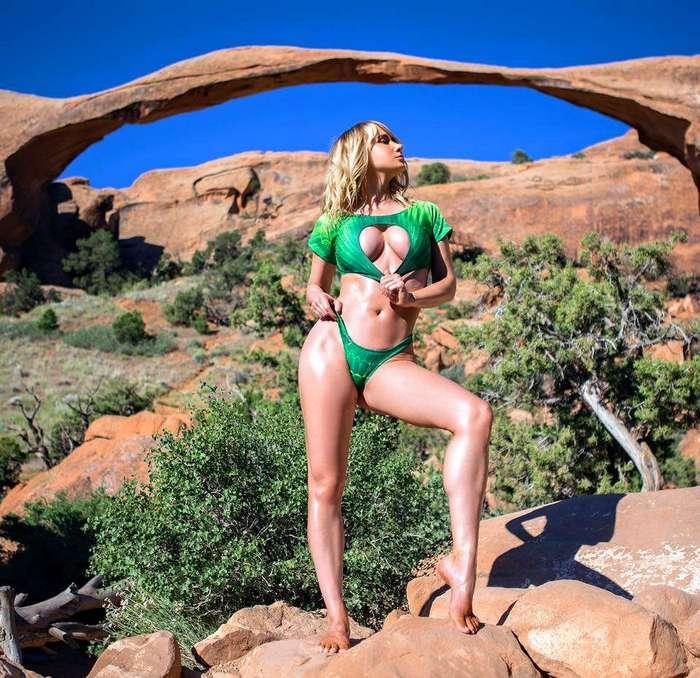 Модель путешествует по заповедным уголкам США и выкладывает пикантные снимки в Instagram