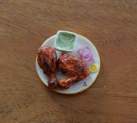 Женщина делает миниатюрную глиняную еду, которую легко съесть по ошибке - такая она аппетитная