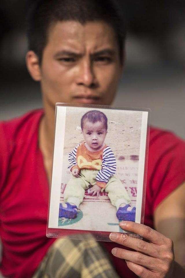 «Я никогда не брошу поиски». Мужчина с инвалидностью путешествует по Китаю в поисках своего сына