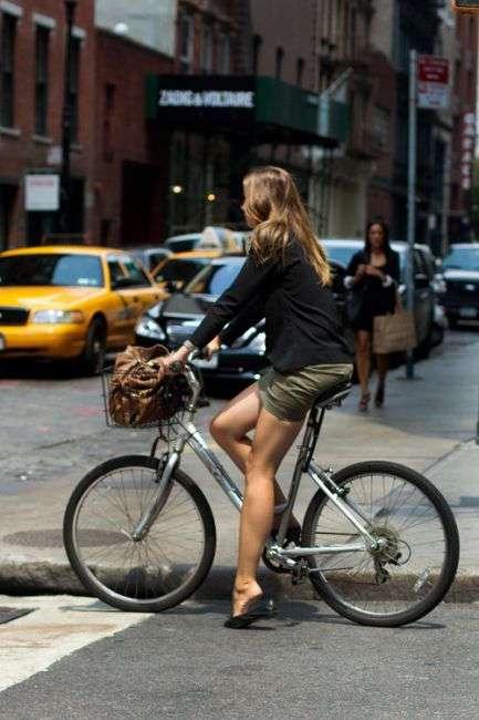Велосипед просто создан для девичьей попки...