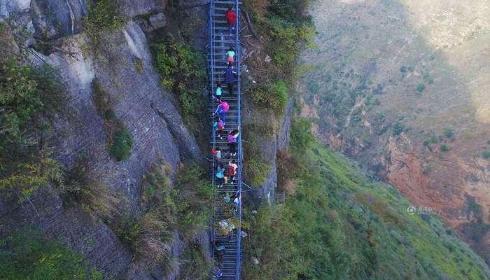 Власти построили металлическую лестницу для школьников, рисковавших жизнью, добираясь до школы