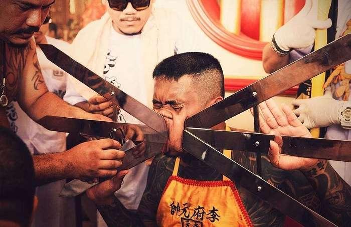 Из жизни Азии: жуткий вегетарианский фестиваль в Таиланде