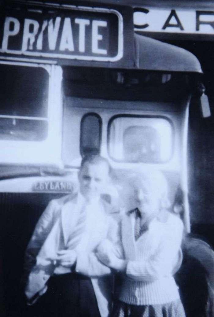 Пожилой джентльмен подарил супруге автобус, в котором они познакомились 60 лет назад