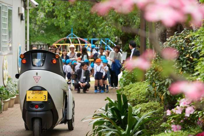 Компания Toyota начала испытания своего «тротуарного» автомобиля
