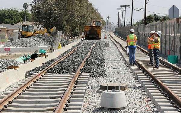 Почему на железнодорожных колеях так много камней ?