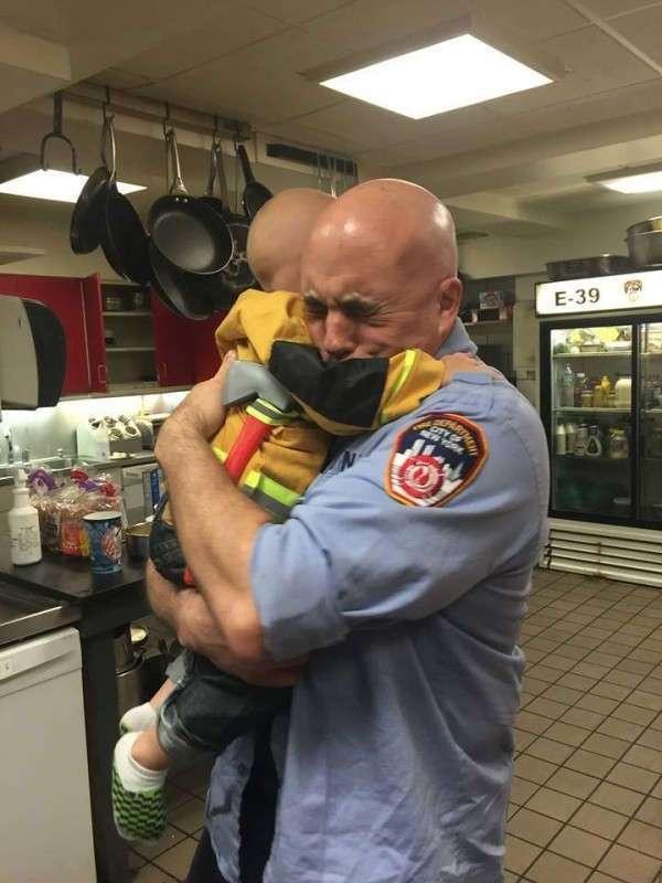 Больной раком ребенок стал почетным членом команды пожарных Нью-Йорка