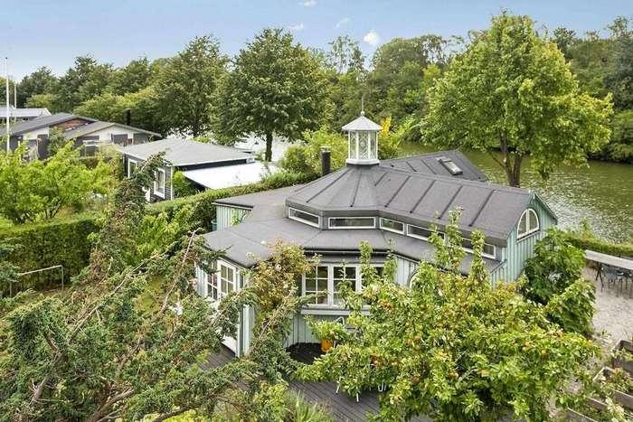 «Восьмиугольный» садовый домик с причудливой планировкой в Дании