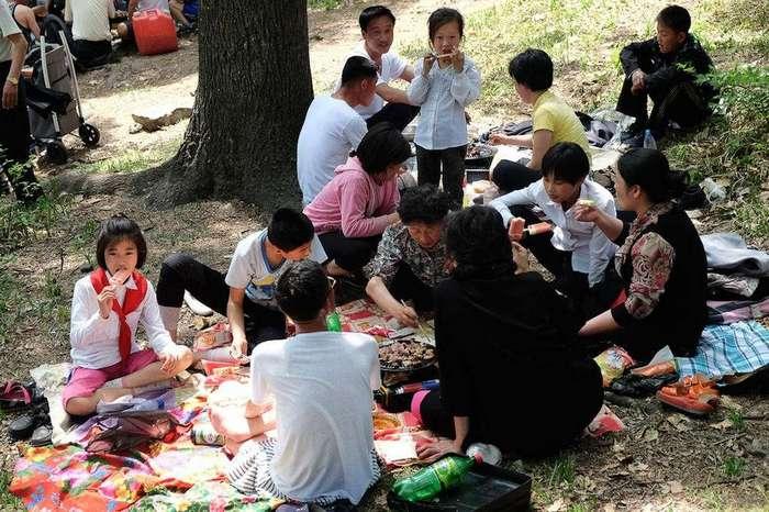 Красочные фотографии непарадной стороны жизни в Северной Корее