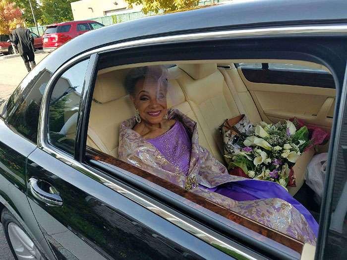86-летняя бабушка вышла замуж в шикарном платье собственного дизайна