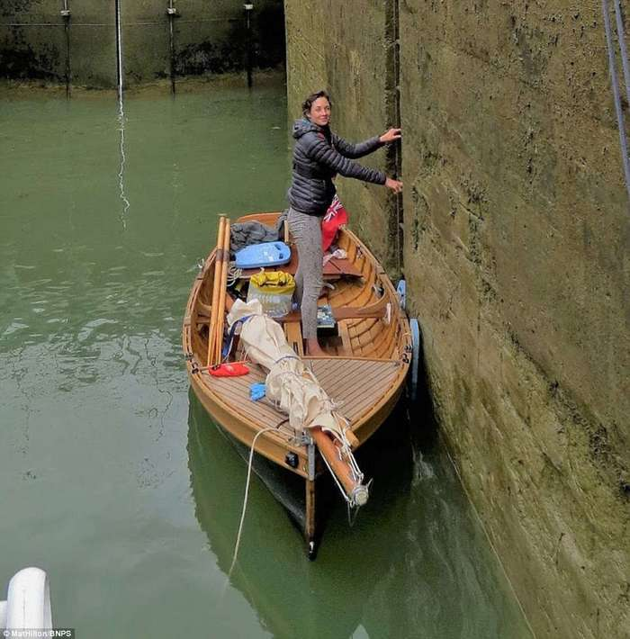 Супружеская пара проплыла на самодельной лодке с веслами путь из Англии во Францию