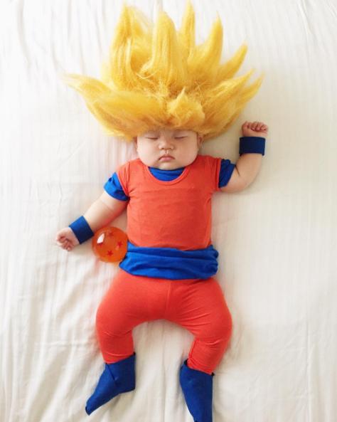 В течении дня мать одевает свою новорожденную дочь в наиболее экстравагантные костюмы