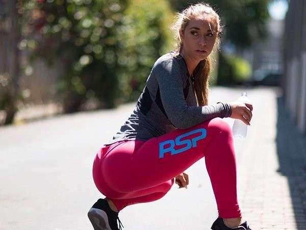 Подборка фотографий стройных, спортивных девушек в обтягивающих штанишках.
