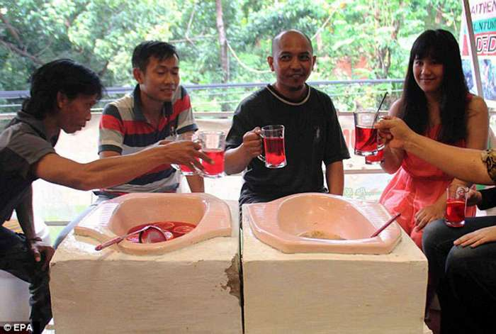 М-м-м, какая вкусняшка! В индонезийском ресторане подают лапшу из туалетов типа «сортир»