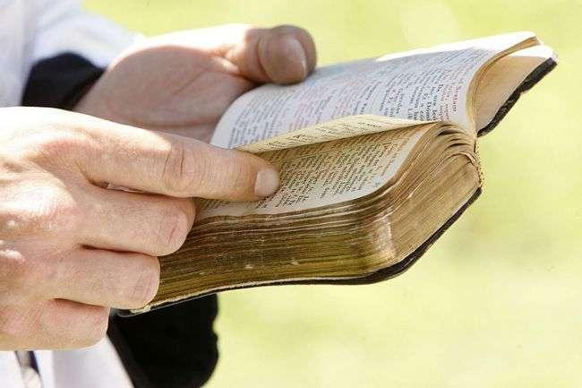 Гей-активисты засудили француженку за цитату из Библии