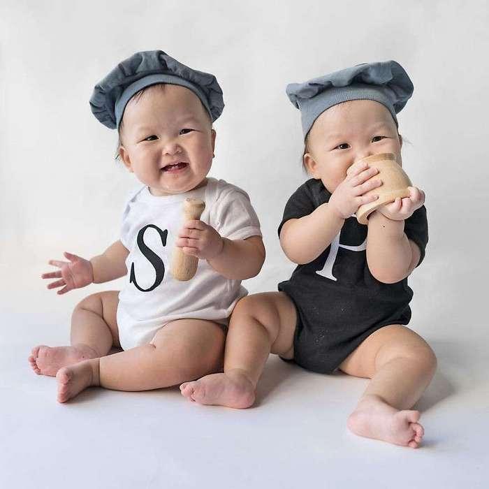 Очаровательные сестры-близняшки в забавных костюмах