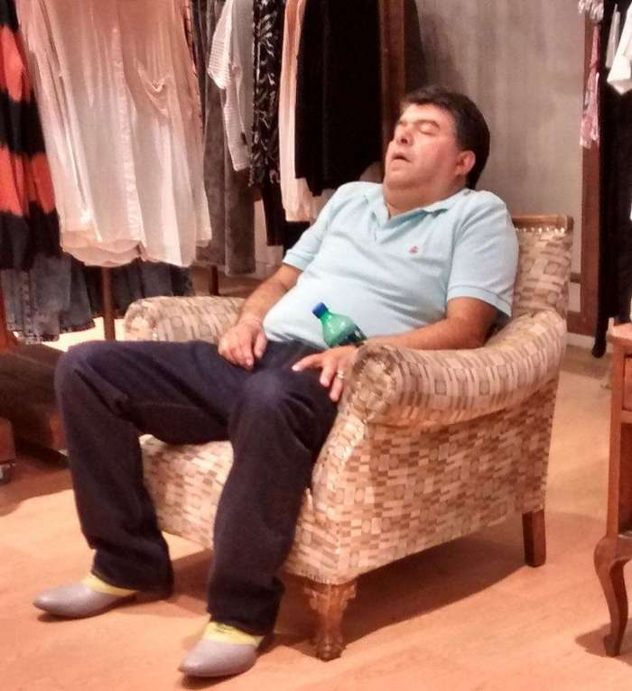 Фотографии уставших мужчин в торговых центрах