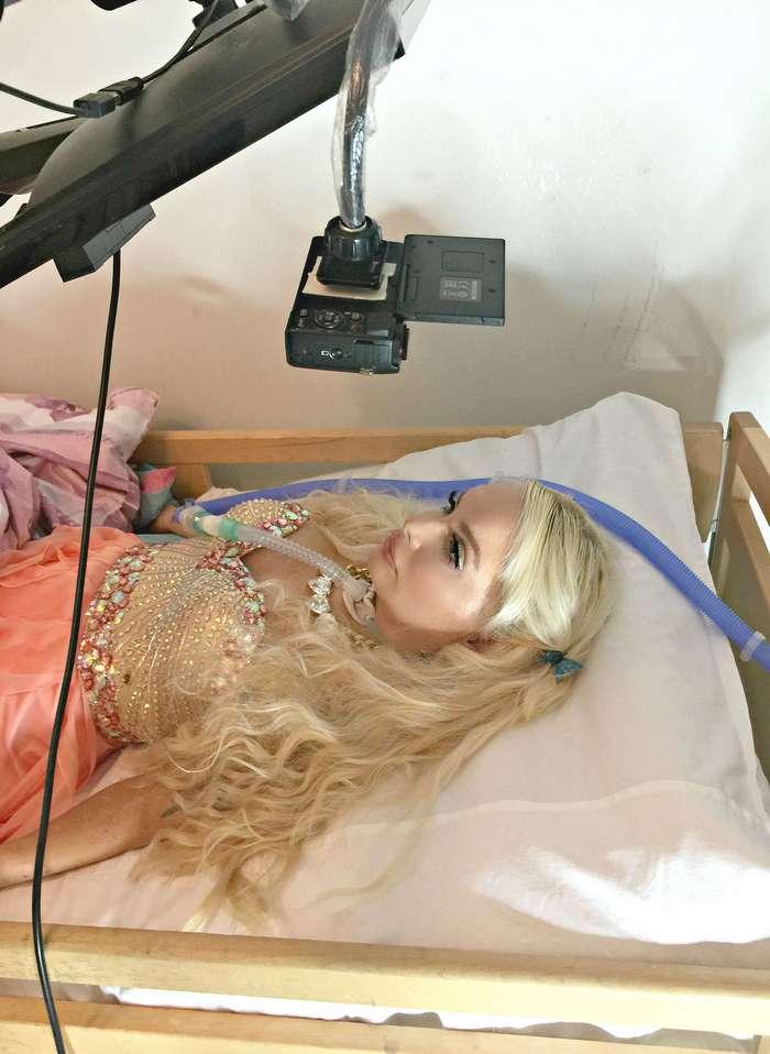 Парализованная финка тратит тысячи долларов на макияж и наряды, чтобы быть Барби