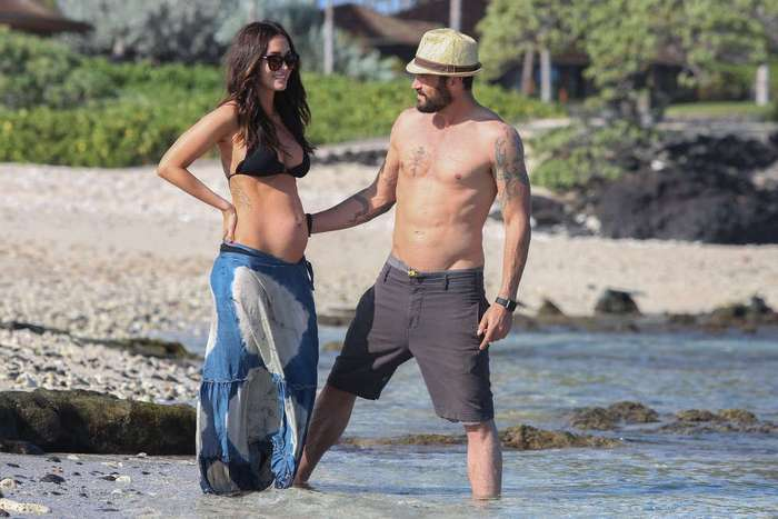 Беременная Меган Фокс на отдыхе в бикини