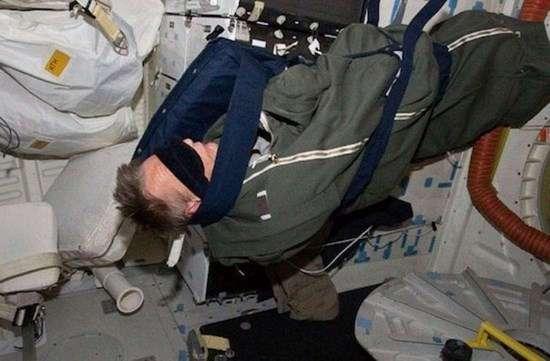 Как спят астронавты на МКС